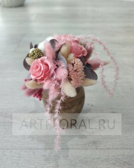 Композиция из стабилизированных цветов в деревянной вазе